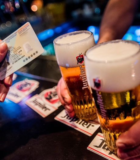 Ook ouders vinden het vaak goed als jongere alcohol drinkt, terwijl 'strenge regels helpen'