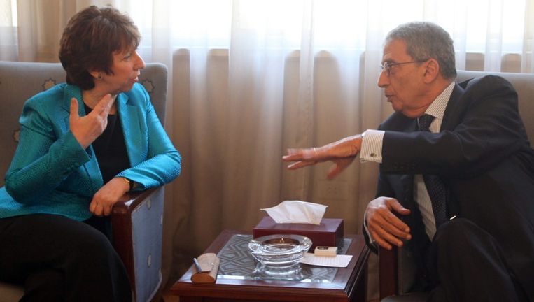 Secretaris-generaal van de Arabische Liga Amr Moussa (r) spreekt met EU-vertegenwoordiger Catherine Ashton in Caïro. Beeld epa