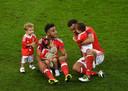 Wales-internationals Neil Taylor (links) en Hal Robson-Kanu vieren met hun kids de verrassende zege van hun land op België tijdens het EK in Frankrijk.
