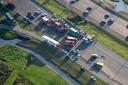 Op de A2 bij Breukelen zijn drie doden gevallen bij een aanrijding. Een persoon ligt gewond in het ziekenhuis. Een auto kwam via de middenberm op de verkeerde weghelft terecht en botste op tegemoetkomend verkeer.