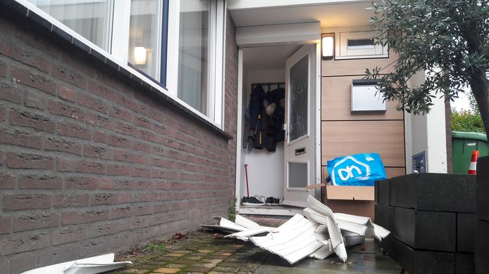 Bij de woning aan de Basstraat ligt het kapotte rolluik nog bij de voordeur. De recherche doet onderzoek in de woning.