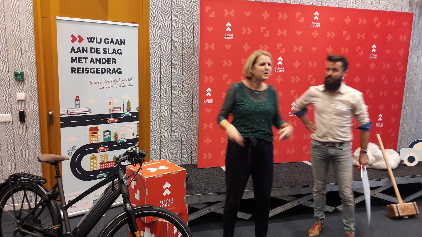 Wethouder Monique List met Aral Voskamp bij de opening van de Low Car Diet-campagne op Flight Forum in Eindhoven.