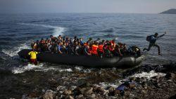 """Politie haalt bootje met 11 mensen, onder wie jonge kinderen, uit zee: """"Levensgevaarlijk"""""""