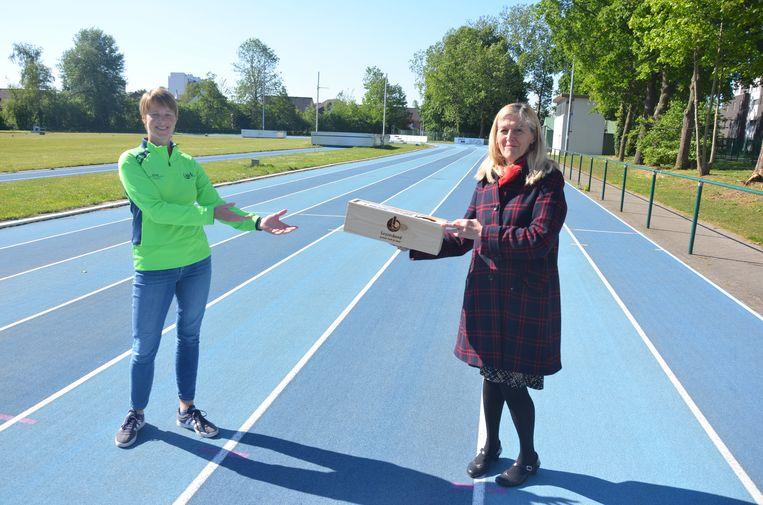 AVLO onderbouw-coördinator Leen Groothaert ontvangt de bloembak uit handen van Georgette Dhondt, voorzitter van Gezinsbond Lokeren/Daknam/Doorslaar.