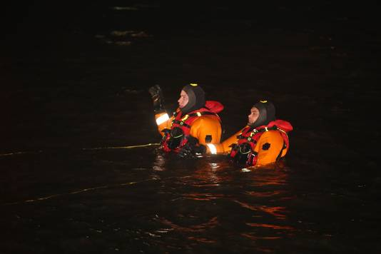 Search for divers in the Waal near Brakel.