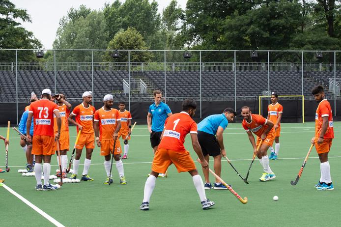 Het hockeyteam van India traint in het nog in aanbouw zijnde stadion op het terrein van BH&BC.