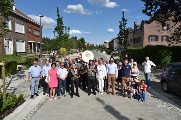De Eversestraat werd zaterdag feestelijk geopend. Na 34 jaar is de straat eindelijk vernieuwd.