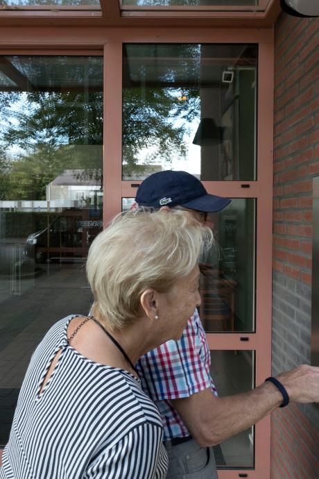 Bewoners Vitalis De Hoeve in Eindhoven moeten een heel eind lopen voor hun bezoek: de bel doet het niet