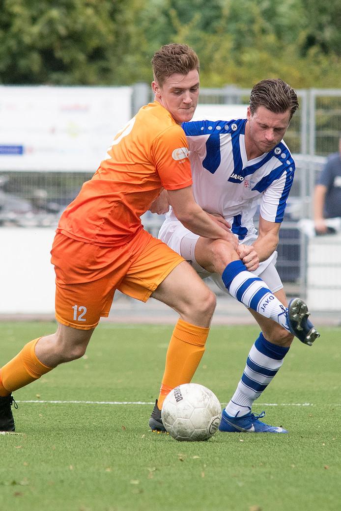 Guido van Rijn (r) draagt het shirt van FC Lienden weer.