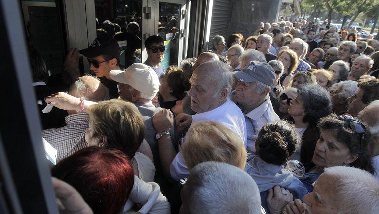 Griekse banken openden vorige week tijdelijk hun deuren voor gepensioneerden die geen pinpas hebben. Beeld epa
