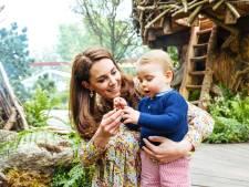 William en Kate delen schattige foto's van spelend kroost in de tuin
