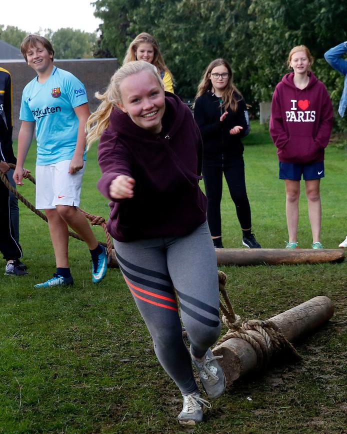 Met een boomstam slepen tijdens de Highland Games, vorig jaar.