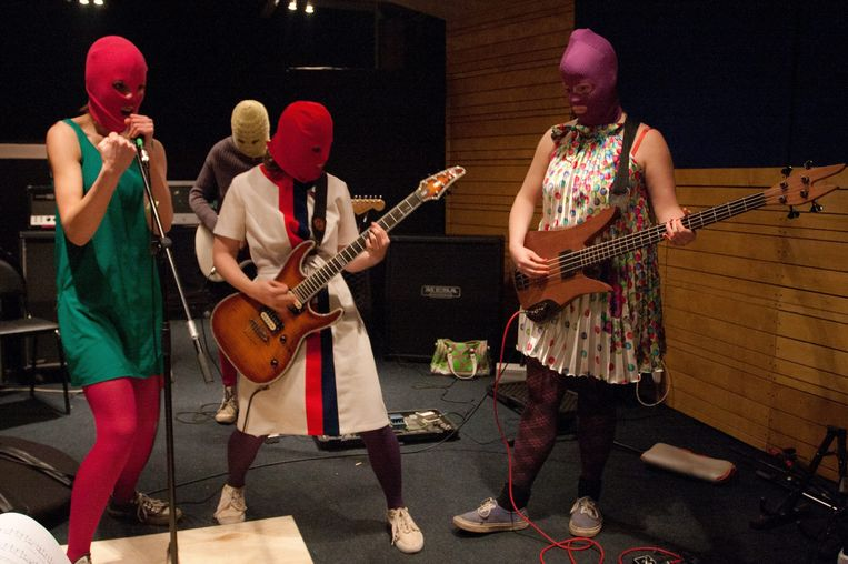 Pussy Riot tijdens een bandrepetitie in februari van dit jaar. Beeld EPA