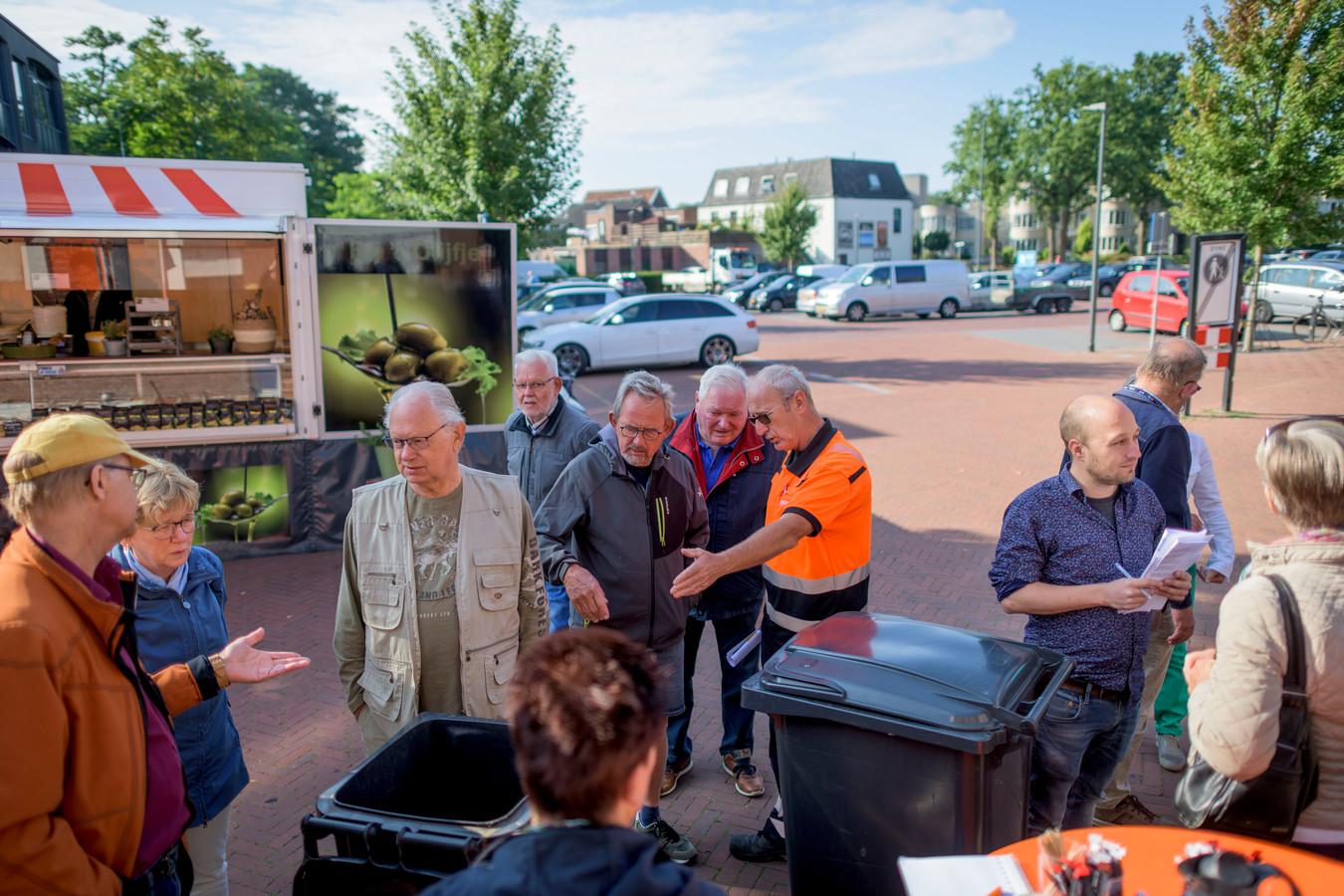 Twente Milieu geeft op de markt info over de nieuwe manier van afvalscheiding.