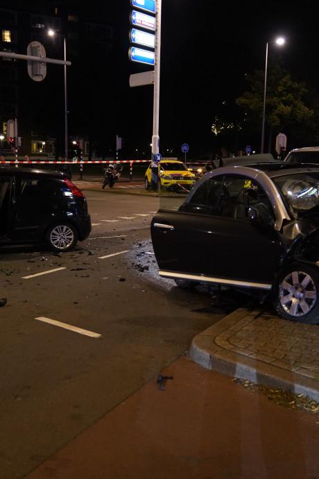 Vijf gewonden bij botsing; auto rijdt zonder licht en met hoge snelheid door rood