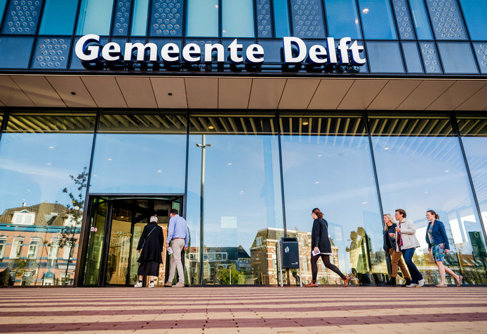 Bewoners en ondernemers van de Breestraat in Delft arriveren bij het stadskantoor voor een besloten bijeenkomst. Politie en Justitie geven informatie en antwoorden over de diverse schietincidenten onder meer bij twee coffeeshops.