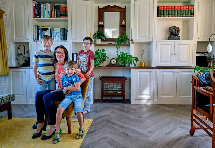 Nele Nederlof-Walschot met haar drie kinderen in hun oude dijkhuis.