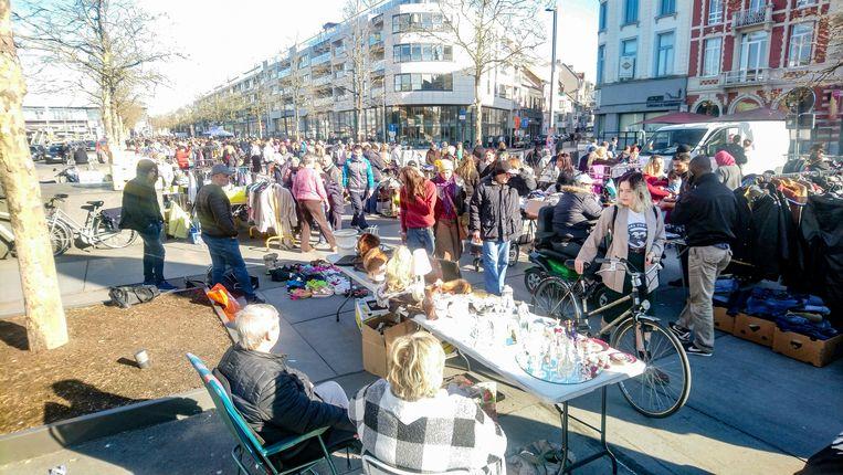 Veel volk op de rommelmarkt op het Stationsplein vorige zaterdag.