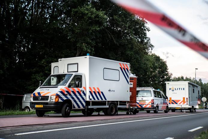 Politievoertuigen nadat een lijk is aangetroffen in Nijmegen.