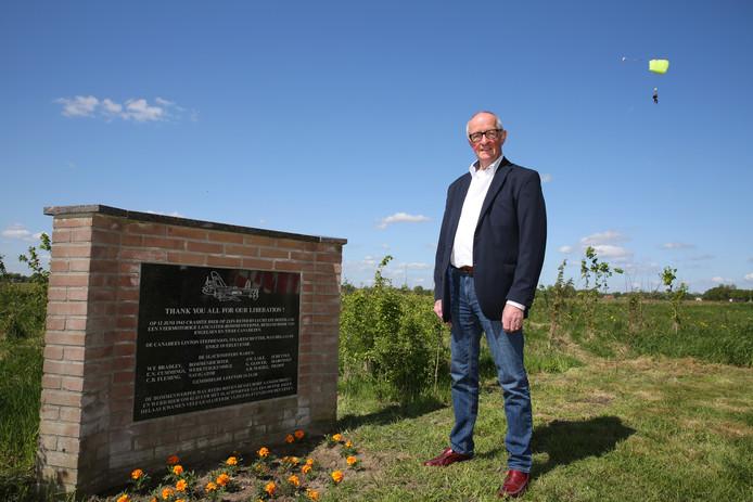 Theo Schaefers bij het monument bij vliegveld Teuge dat herinnert aan de crash van een Lancaster, tijdens de Tweede Wereldoorlog.
