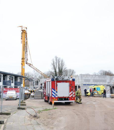 Torenkraan stort deels in op bouwterrein in Hattem op de Veluwe