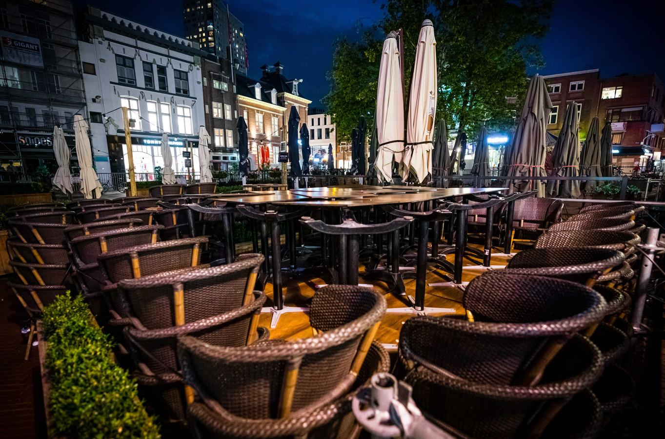 Lege cafe's aan de Markt Eindhoven. De horeca blijft in ieder geval vier weken helemaal gesloten, maar dat gaat 30 ondernemers veel te ver.