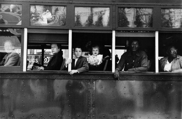 Passagiers in een bus in New Orleans, een van de foto's uit The Americans.   Beeld Robert Frank / Pace/MacGill Gallery