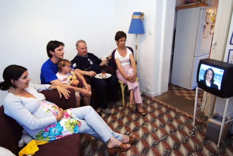 Een familie in de Franse stad Caen kijkt naar het presidentiële tv-debat tussen de kandidaat van de Socialistische Partij (PS), Segolene Royal, en Nicolas Sarkozy van de rechtse partij UMP. Frankrijk kiest zondag een nieuwe president. Veel Franse kiezers zweven nog. (AFP) Beeld
