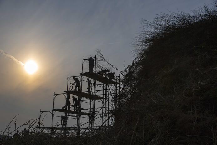 De bouw van dit paasvuur in Dijkerhoek is stilgelegd vanwege de kans op bosbranden.