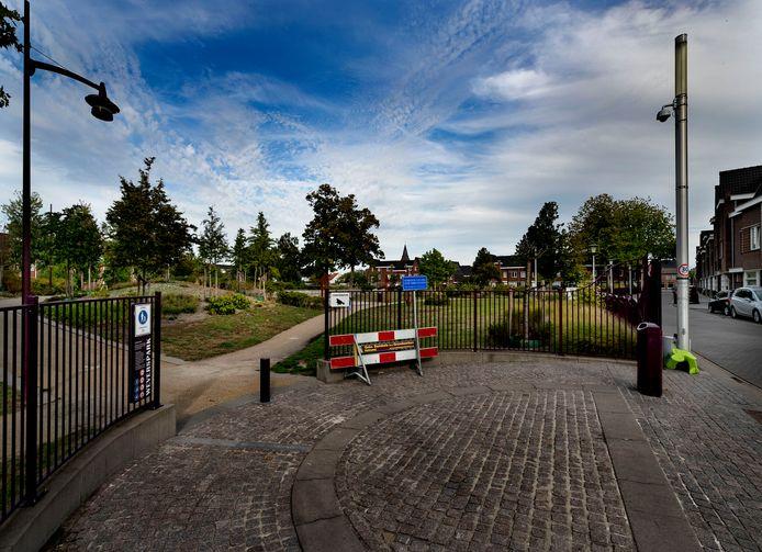Op dit moment worden nog elke avond dranghekken geplaatst voor de ingangen van het Weverspark. Binnenkort komen er afsluitbare poorten.