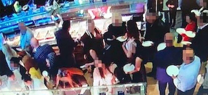 Le buffet du restaurant a été pillé dès l'arrivée du groupe.