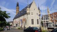 Pluchen konijnen vliegen uit toren Lakenhal tijdens 'Spel van Routaert'
