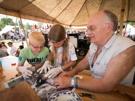 Stadsduiven plukken en eten op festival Hoogte 80