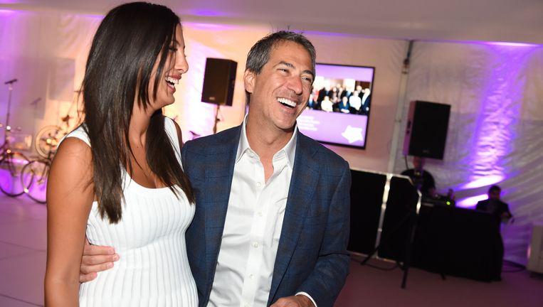 De eigenaar van investeerder Sun Capital, Marc leder, en zijn dochter Samantha bij een fundraiser in The Hamptons in 2015. Beeld Scott Roth/Invision/AP