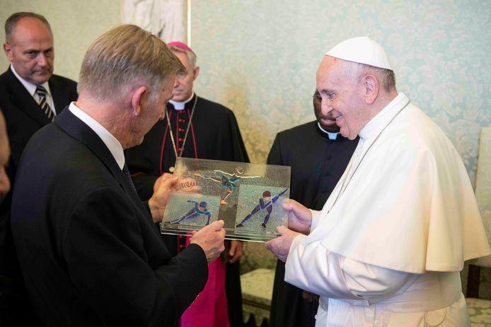Jan Dijkema overhandigt het kunstwerk van plaatsgenoot Ellen Kleine Schaars aan Paus Franciscus.