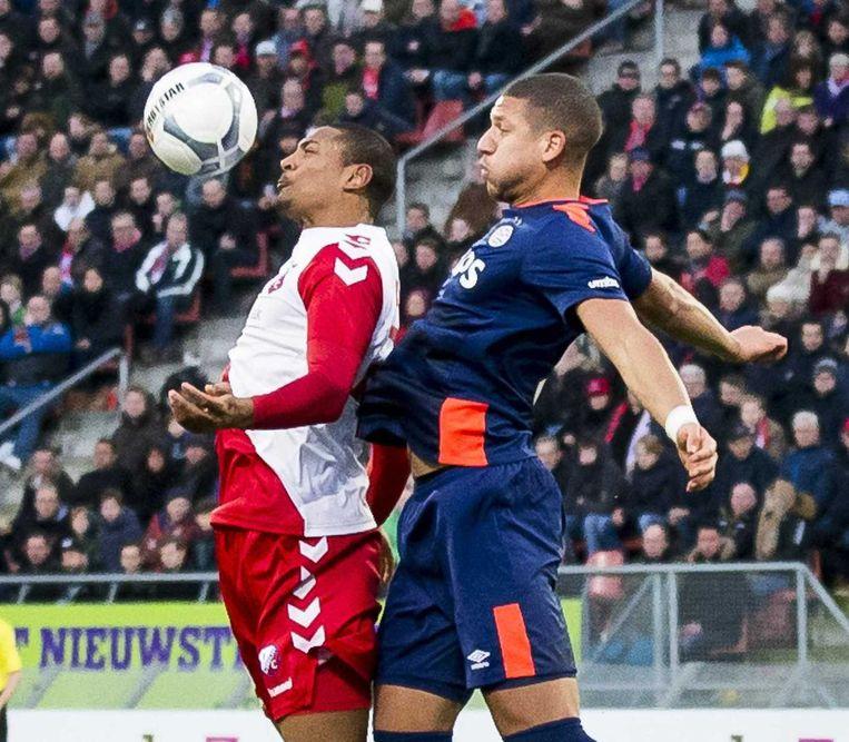 FC Utrecht speler Sebastien Haller in duel met PSV speler Jeffrey Bruma (R). Beeld anp