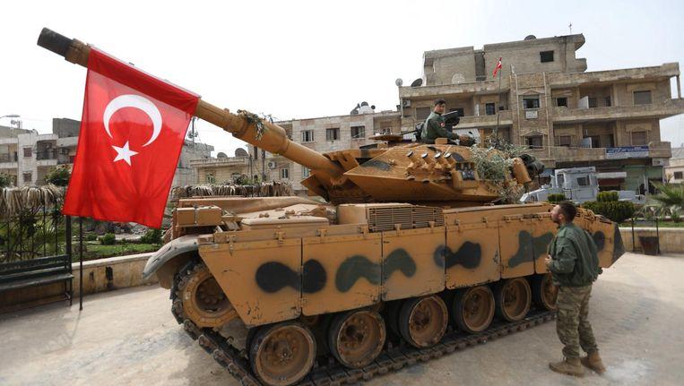 Een Turkse tank rijdt de Koerdische stad Afrin binnen. Beeld afp