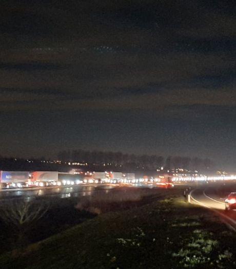 Drukke avondspits na ongelukken op A15 en A73