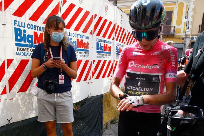 Annemiek van Vleuten grijpt na de finish naar haar linkerpols.