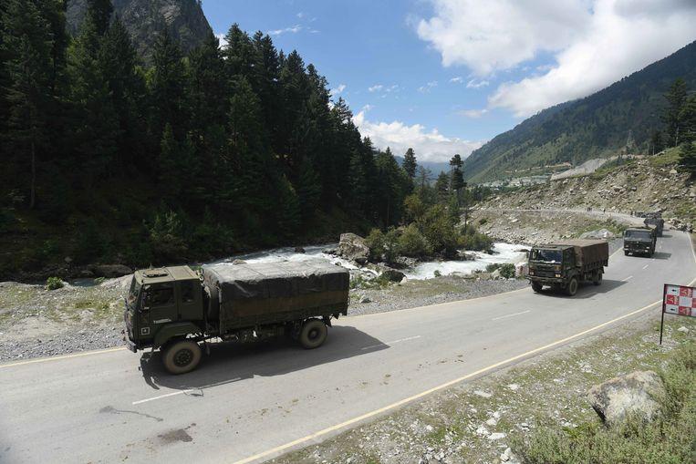 Voertuigen van het Indiase leger op weg richting Ladakh. Inde de oostelijke gedeeltes van Ladakh is het contact tussen China en India gespannen.  Beeld EPA