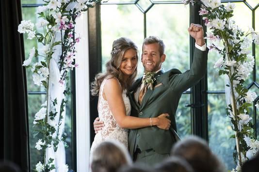 Een stralende Marlon en Gert-Jan tijdens hun huwelijksvoltrekking.