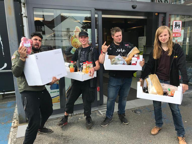 Onur, Max, Nick en Victor kochten dozen vol voedsel en drank bij AD Delhaize.