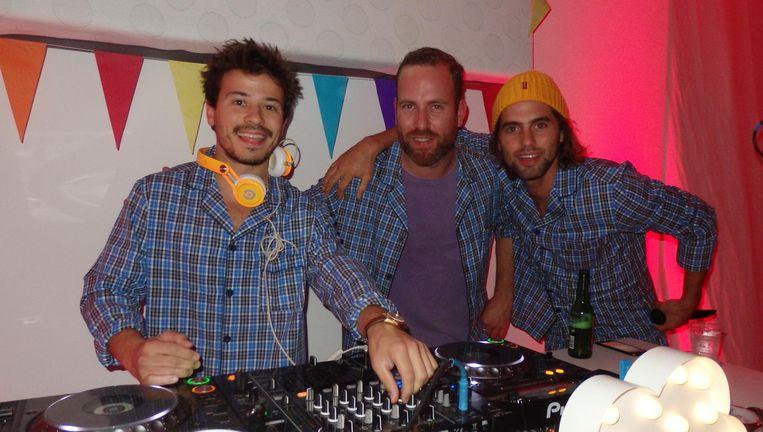 Acteur Géza Weisz vormt een dj-duo met acteur Manuel Broekman (r). Tussen hen in Jajembrouwer en dj Jamie van der Will Beeld Schuim