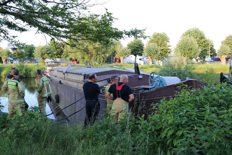 De boot stond dwars over de Dender in Hofstade.