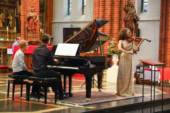 200 jaar Best optreden van violiste Angelina Saifutdinova en pianist Timofei Kalmykov.