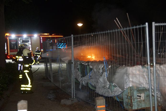 Grote container met asbestafval in brand.