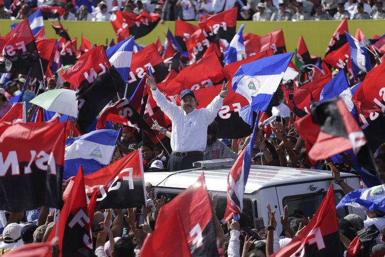 President Ortega tussen zijn aanhangers in de hoofdstad Managua op zijn jaarlijks terugkerende feestje: de viering van de Sandinistische revolutie.  Beeld EPA