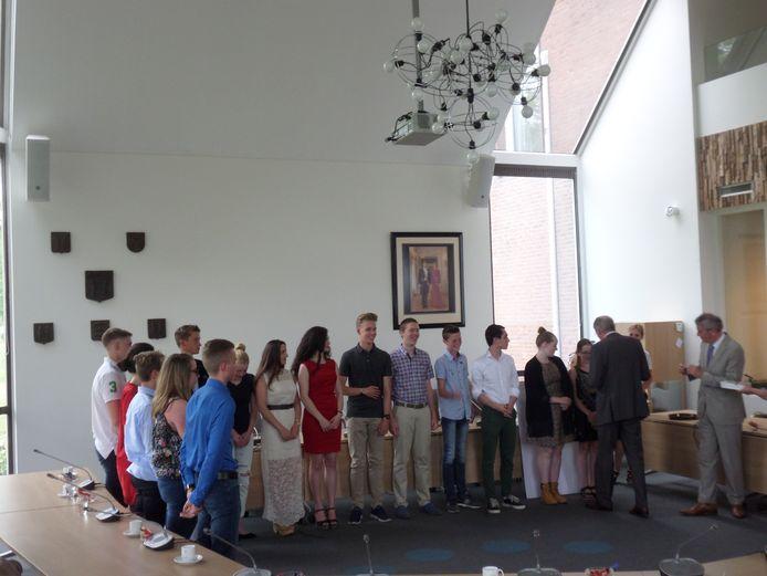 De Jongerenraad met de burgemeesters Fons Naterop en Arie Noordergraaf, die een button opspeldt.