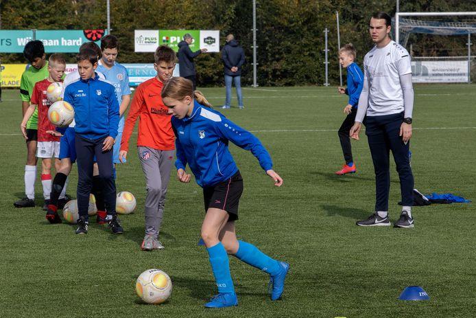 Bij RKVV Dommelen is zaterdag de nieuwe voetbalschool begonnen. Jonge voetballers trainen onder leiding van Jop Poeliejoe.