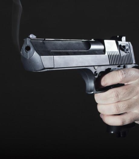 Man zwaait vanuit auto met vuurwapen, politie pakt hem bij Nunspeet